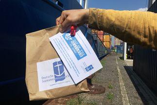 Seeleute im Lübecker Hafen erhalten kleine Aufmerksamkeiten zum Tag des Seefahrers - Copyright: Seemannsmission Lübeck