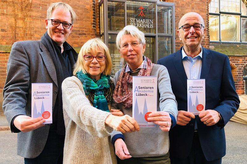 Pastor Robert Pfeifer, Annegret Barckhausen, Traute Eckermann und Karl-Heinz Stöcker sind stolz auf das neue Halbjahres-Programm der Seniorenakademie Lübeck.