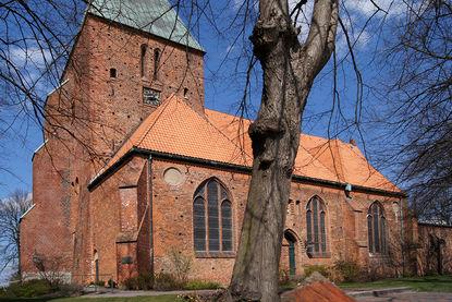 Seitliche Außenansicht der St.-Nicolai-Kirche Mölln - Copyright: Manfred Maronde