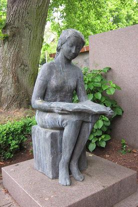 Die Skultptur einer lesenden Frauenfigur vor St. Lorenz Schmilau