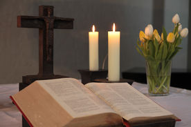 Die Oberseite des Altars mit aufgeschlagener Bibel und Kerzen - Copyright: Ev.-Luth. Kirchenkreis Lübeck-Lauenburg