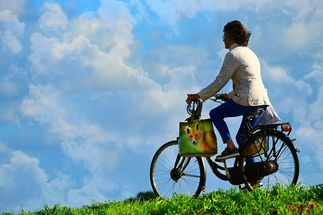 Frau auf dem Fahrrad - Copyright: pixabay_MabelAmber