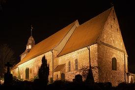 Außenansicht von St. Georg auf dem Berge bei Nacht - Copyright: Manfred Maronde