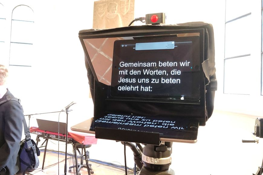 Ein Teleprompter mit dem Text 'Gemeinsam beten wir mit den Worten, die Jesus uns zu beten gelehrt hat'. - Copyright: Ines Langhorst