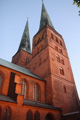 Blick von unten auf beide Türme des Doms zu Lübeck - Copyright: Ev.-Luth. Kirchenkreis Lübeck-Lauenburg