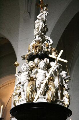 Der mit Engeln bestückte Taufdeckel in St. Aegidien - Copyright: Ev.-Luth. Kirchenkreis Lübeck-Lauenburg