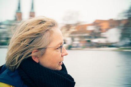Eine Frau im seitlichen Profil, im Hintergrund die Türme des Lübecker Doms. - Copyright: Philipp Möhler