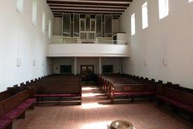 Blick vom Altar aus auf die Orgel der Heilig-Geist-Kirche Wohltorf