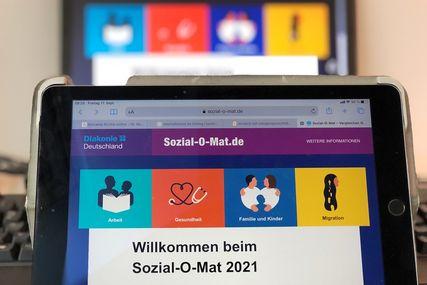 Ein Tablet mit der Seite des Sozial-O-Mats. - Copyright: Ines Langhorst