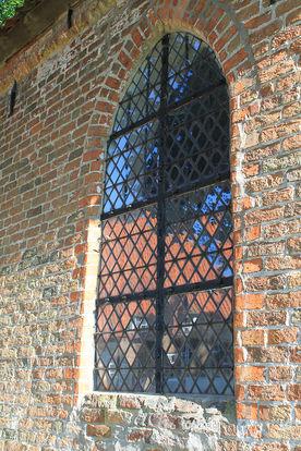 Fenster der Wege-Kapelle in Klein Grönau