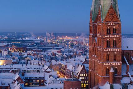 Blick an den Marientürmen vorbei zum winterlichen Hafen - Copyright: Dr. Karen Meyer-Rebentisch