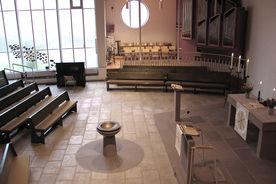 Blick von der Empore in den Innenraum mit Altar, Taufbecken und Orgel - Copyright: Ev.-Luth. Kirchenkreis Lübeck-Lauenburg