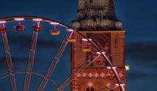 Das Riesenrad auf dem Koberg vor dem Turm der Jakobikirche