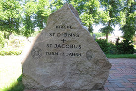 Namensgedenkstein vor St. Dionys und St. Jakobus Lütau