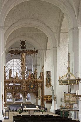 Blick auf den Altar und dahinterliegenden Lettner mit Lettnerkreuz - Copyright: Manfred Maronde