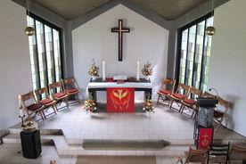 Altarbereich der Adventskapelle Kronsforde