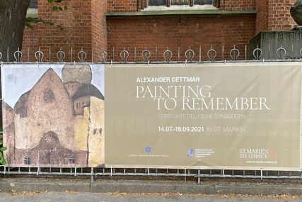 "Das Plakat der Ausstellung ""Painting to remember"" vor der St.-Marien-Kirche. - Copyright: Bastian Modrow"