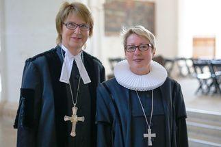 Zwei Frauen im Talar in einer Kirche - Copyright: Kirchenkreis Lübeck-Lauenburg