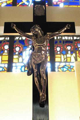 Naher Blick auf das Altarkreuz in St. Gertrud - Copyright: Ev.-Luth. Kirchenkreis Lübeck-Lauenburg