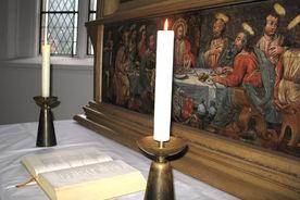 Blick auf den Altar und historisches Altarbild der St.-Jürgen-Kapelle - Copyright: Ev.-Luth. Kirchenkreis Lübeck-Lauenburg