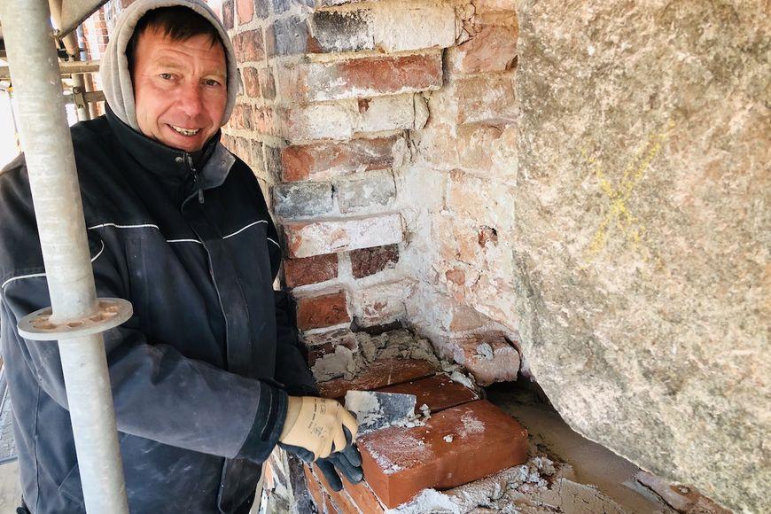 Christian Bracker mauert die Turmfassade an St. Marien wieder auf.  - Copyright: Steffi Niemann