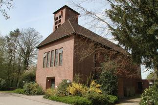 Außenansicht der Heilig-Geist-Kirche Wohltorf von schräg vorne