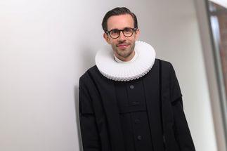 Ein Mann mit Brille, er trägt einen schwarzen Talar und einen weißen, runden Kragen. - Copyright: Guido Kollmeier