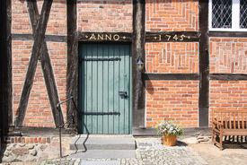 Eingang der St.-Anna-Kirche in Niendorf