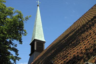 Blick von unten auf den Glockenturm der St.-Thomas-Kirche
