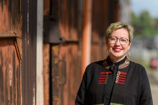 Pröpstin Petra Kallies steht bei Sonnenschein am Schuppen im Lübecker Hafen und lächelt in die Kamera. - Copyright: Guido Kollmeier