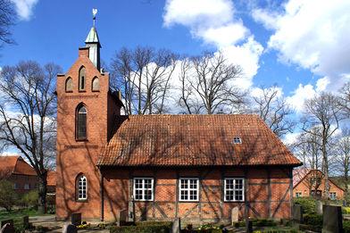 Außenansicht der Kapelle in Tramm - Copyright: Manfred Maronde