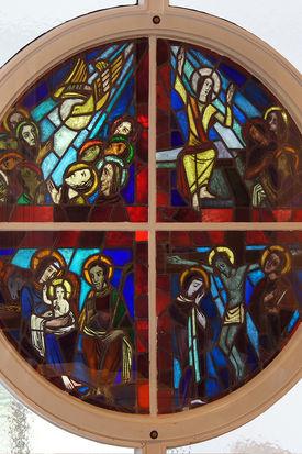 Ansicht eines viergeteilten Rundfensters mit gemalten Szenen in der Martin-Luther-Kirche Wentorf - Copyright: Manfred Maronde