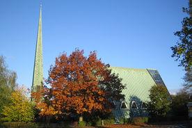 Außenansicht der Dreifaltigkeitskirche von der Seite mit freistehendem Turm - Copyright: Ev.-Luth. Kirchenkreis Lübeck-Lauenburg