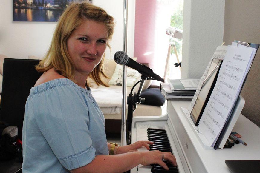 Eine Frau sitzt am Klavier.  - Copyright: Oliver Pries