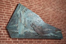 An der Wand hängendes Relief mit Jesus und einem Fischer in der Bugenhagenkirche - Copyright: Manfred Maronde