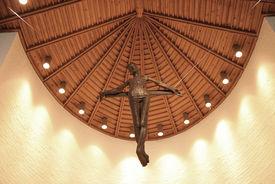 An der Decke hängendes Kreuz in der Christuskirche in Geesthacht-Düneberg