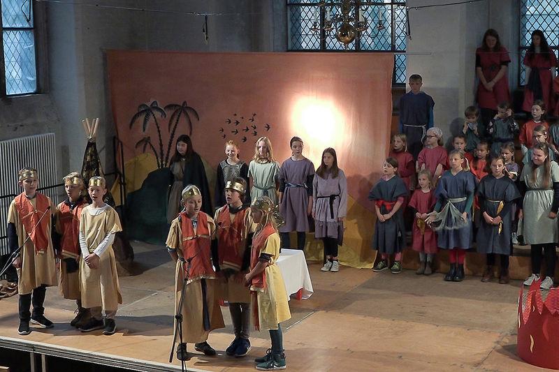 """Rund 50 Kinder prästentierten das Musical """"Das goldene Kalb"""" in St. Aegidien - sie sind auf der Bühne verkleidet zu sehen."""
