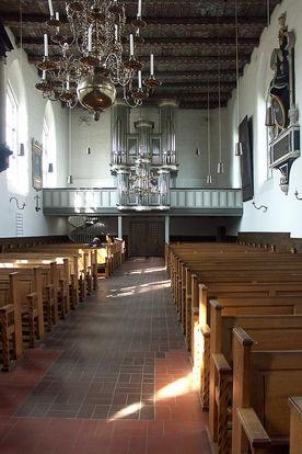 Blick vom Altarbereich auf die Empore mit Orgel in St. Lorenz Travemünde