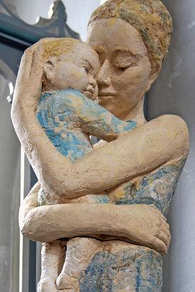 """Mutter-Kind-Skulptur """"Friede-Lune"""" von Annegret Kon links vom Altarraum - Copyright: Manfred Maronde"""