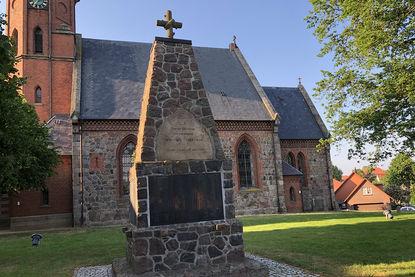 Denkmal mit den Namen der Gefallenen und Vermissten der Gemeinde Breitenfelde von beiden Weltkriegen