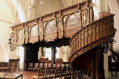 Blick auf den reich verzierten Singechor und dessen Aufgang in St. Aegidien