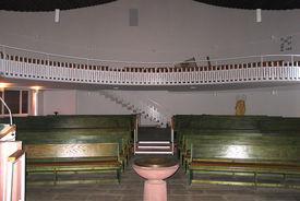 Blick vom Altar aus auf die Kirchenbänke und Empore - Copyright: Ev.-Luth. Kirchenkreis Lübeck-Lauenburg