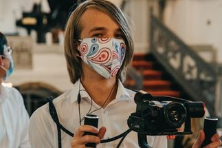 Der 15-jährige Luis Gulinski gehört zum Kamera-Team bei teChLive. - Copyright: Kirchengemeinde Lauenburg/Elbe