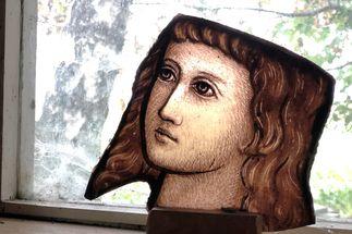 Eine Bruchstück eines Kirchenfensters. Darauf ein Gesicht im Halbprofil. - Copyright: Ines Langhorst