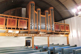 Blick auf die Orgel und Empore der Pötrauer Kirche