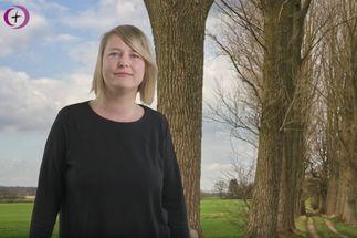 Pastorin steht in der Natur und spricht Osterworte - Copyright: Pastorin Sarah Stützinger