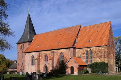Außenansicht der St.-Willehad-Kirche in Groß Grönau von der Seite - Copyright: Manfred Maronde