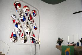 Altar und ein Kirchenfenster in St. Philippus - Copyright: Ev.-Luth. Kirchenkreis Lübeck-Lauenburg