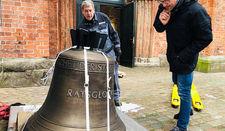 Prüfender Blick: Christian Rosehr, Vorsitzender des Kirchengemeinderates, begutachtet die Glocke, die Monteur Jürgen Schwarck aus dem LKW bugsiert.