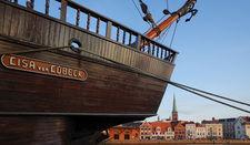 Hansekogge Lisa von Lübeck und die Seefahrerkirche St. Jakobi im Hintergrund